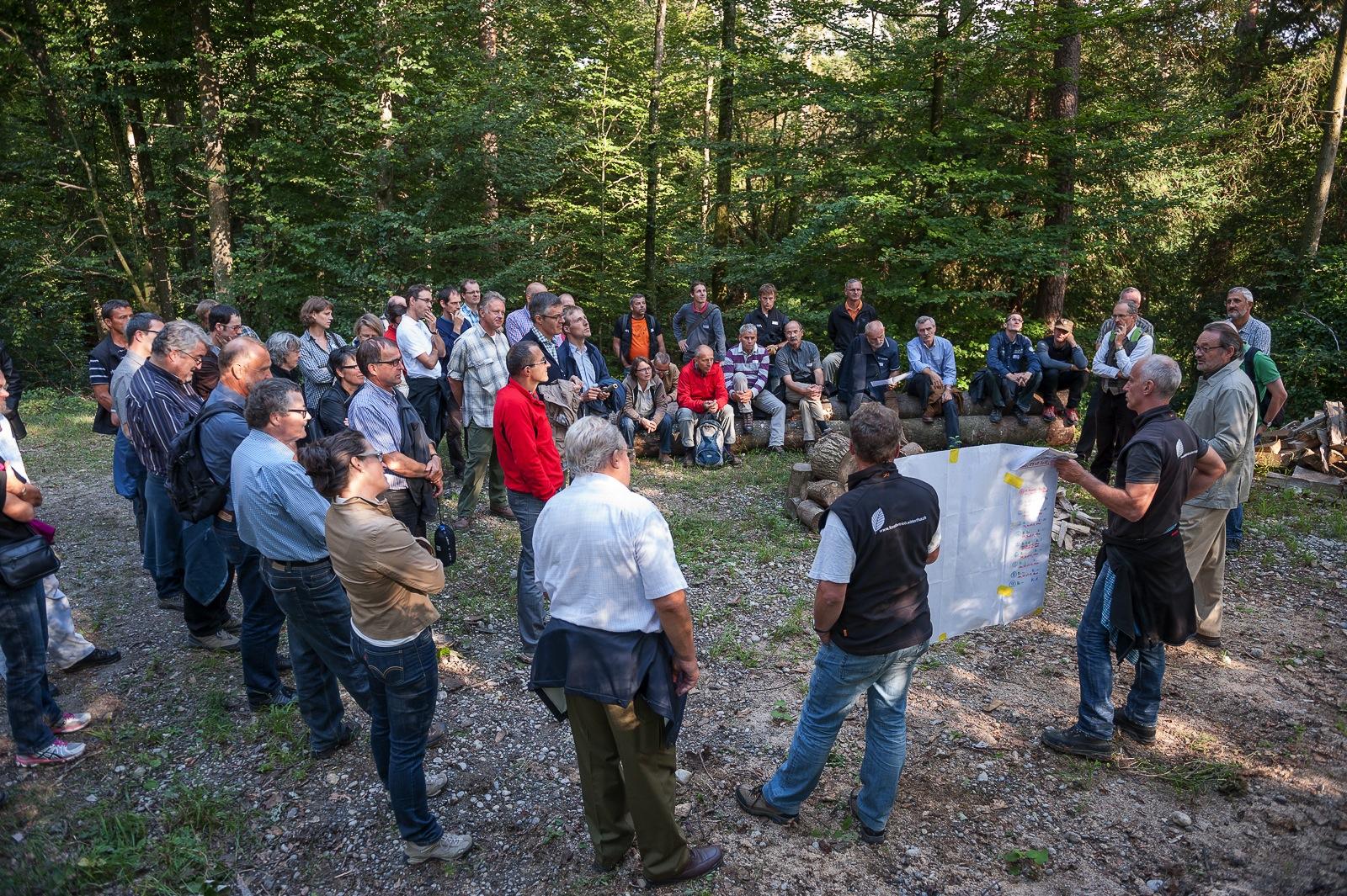 Forstumgang 2012 mit Stadtforstmeister Beat Kunz (v.r.): Am lebenden Objekt die Folgen politischer Entscheidungen demonstrieren (Foto: Michael Wiesner)