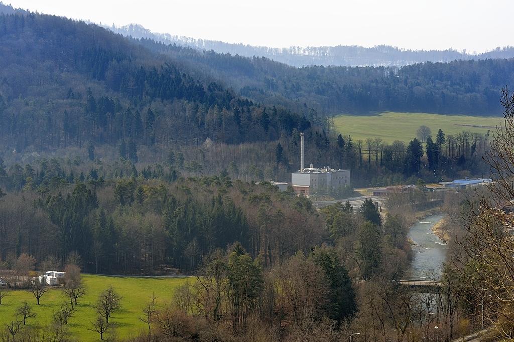 Kläranlage Hard Richtung Südwesten. Links der Hardwald, im Hintergrund der Beerenberg.