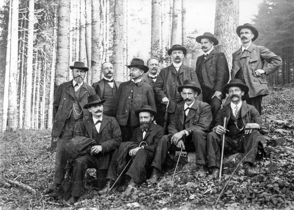 Forstleute auf dem Waldumgang um 1905 mit dem damaligen Stadtforstmeister Friedrich Arnold (3.v.l., stehend) (© Stadtbibliothek Winterthur)