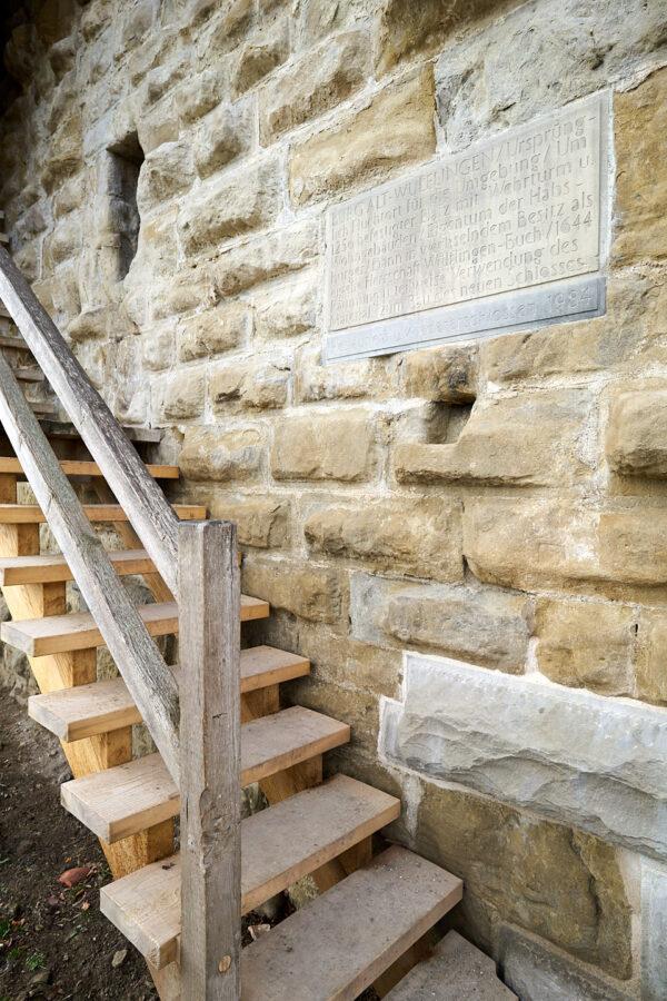 Treppenaufgang mit Infotafel (rechts oben) und einem neuen 500-Kilogramm-Stein (rechts unten)