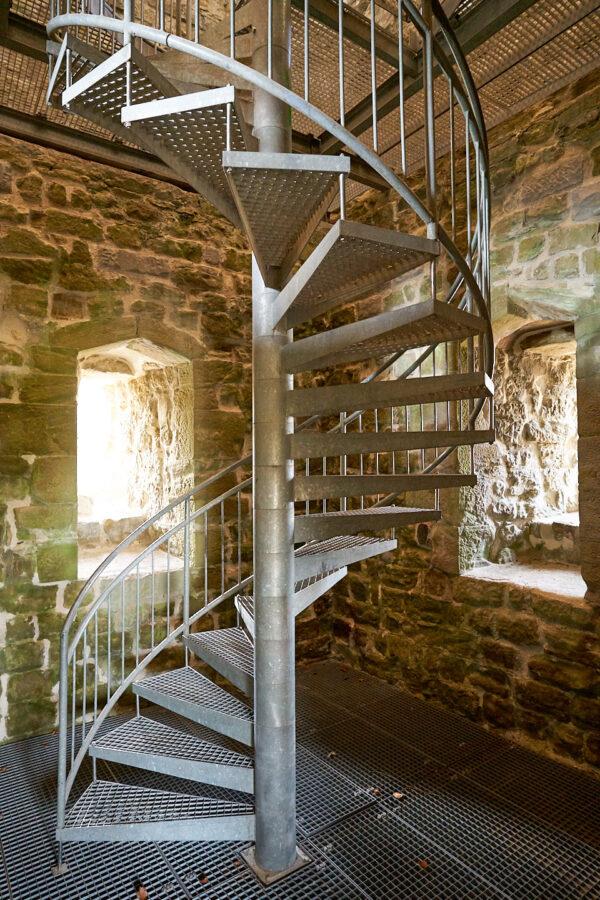 Metall-Wendeltreppe im Turminnern