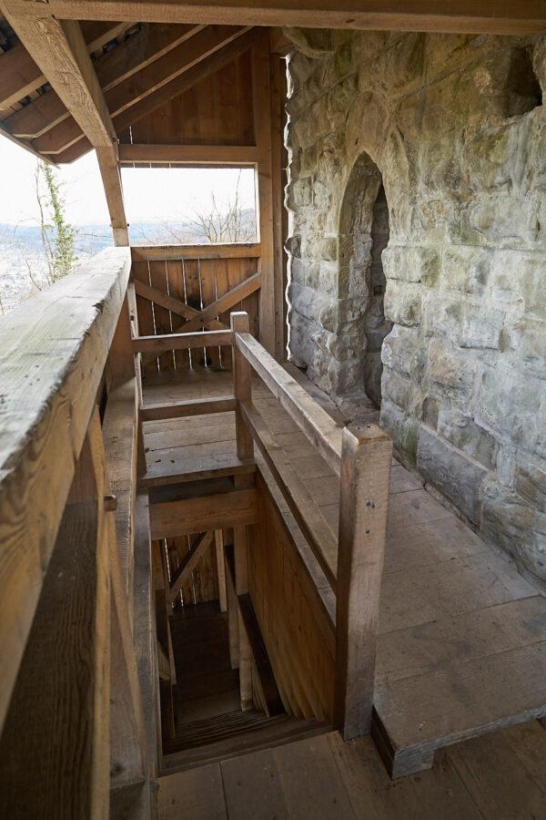 Burgruine Alt-Wülflingen: Treppenaufgang mit Zwischenplattform aus Holz und Eingang ins Turminnere